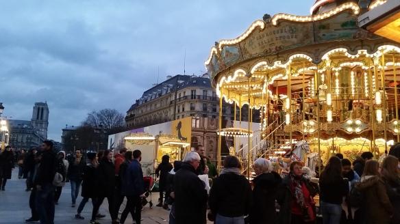 Manège traditionnel devant l'Hôtel de Ville de Paris